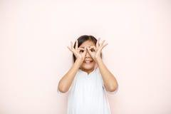 El asiático bronceó el retrato del niño de la muchacha de la piel sobre fondo rosado de la pared Imágenes de archivo libres de regalías