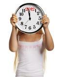 El asimiento de la muchacha en manos un reloj grande Fotografía de archivo
