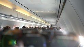 El asistente de vuelo pasa a través de la cabina metrajes