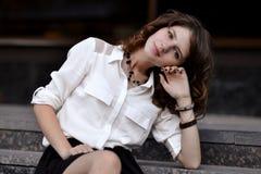 El asolear, cara sonriente linda de la muchacha hermosa en la blusa blanca y falda oscura La imagen más hermosa, foto Imagen de archivo