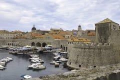 El aspecto de una fortaleza por el mar, el puerto deportivo y la ciudad croata antigua de Dubrovnik Fotos de archivo