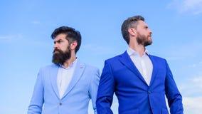 El aspecto preparado bien mejora al empresario de la reputación del negocio Hombres de negocios barbudos que presentan con confia fotografía de archivo libre de regalías