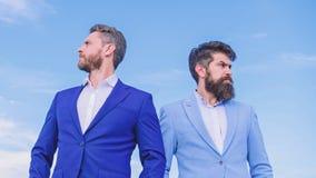El aspecto preparado bien mejora al empresario de la reputaci?n del negocio Hombres de negocios barbudos que presentan con confia imagenes de archivo