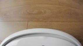 El aspirador del robot en piso, robótico elegante automatiza la máquina inalámbrica de la tecnología de limpieza metrajes