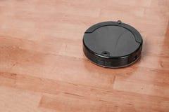 el aspirador trabaja en piso laminado dispositivos modernos para limpiar concepto de tecnología de la economía doméstica fotos de archivo libres de regalías