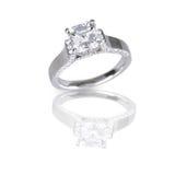 El asscher grande cortó el anillo de bodas moderno del compromiso del diamante Fotos de archivo libres de regalías