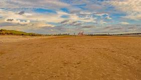 El astillero cranes en el horizonte en la playa de Crosby, Inglaterra Foto de archivo