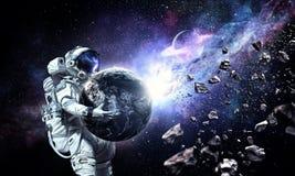 El astronauta lleva su misión Técnicas mixtas ilustración del vector