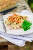 El atún, el puerro, Mornay y las pastas anaranjadas cuecen (los macarrones con queso) Foto de archivo