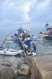El atún se está cargando encendido para acarrear a la fábrica de los mariscos Fotos de archivo