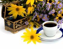 El ataúd abierto adornó amarillo con las flores y el café, isolat Imagen de archivo libre de regalías