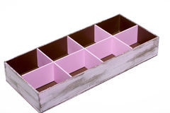El ataúd de madera está en el fondo blanco Imagen de archivo