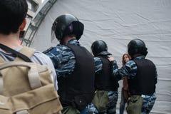 El atacar de la policía antidisturbios Fotos de archivo libres de regalías