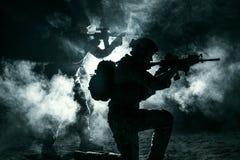El atacar de los soldados del ejército foto de archivo