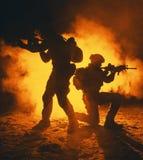 El atacar de los soldados del ejército imágenes de archivo libres de regalías