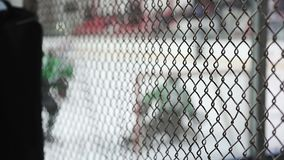 El ataque activo de los jugadores de equipo de hockey en la red del rival, portero deja adentro una meta almacen de metraje de vídeo