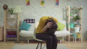 El ataque de pánico de la mujer joven, cubre su cabeza con sus manos almacen de video