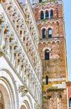 El ataque frontal tallado de la catedral de Lucca, Italia imagen de archivo libre de regalías