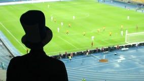 El ataque peligroso del fútbol, aviva el equipo de grito del alto sombrero del cilindro almacen de metraje de vídeo