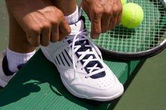 El atar del jugador de tenis Zapato-Horizontal Foto de archivo libre de regalías