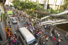 El atasco de la motocicleta en centro de ciudad durante celebra a los fanáticos del fútbol que ganan AFF Suzuki Cup 2014 Imagenes de archivo
