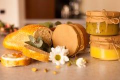El atasco dulce de la fruta en los tarros de cristal está en la tabla Imagen de archivo libre de regalías