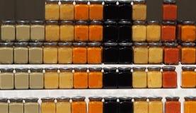 El atasco mediterráneo orgánico sacude con nuevos sabores en un estante del mercado de la granja fotos de archivo libres de regalías