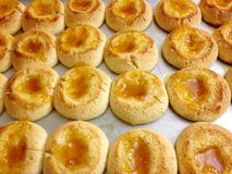 El atasco retro cocido hogar fresco del albaricoque del horno sale las galletas fotos de archivo libres de regalías