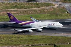 El aterrizaje de aeroplano de Thai Airways y desocupa la pista imágenes de archivo libres de regalías