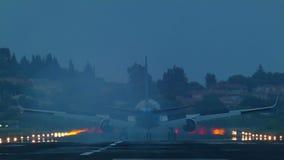 el aterrizaje de un avión de pasajeros almacen de video