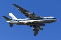 El aterrizaje enorme An-124 Fotos de archivo libres de regalías