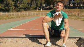 El athlet masculino limpia su cara con la toalla almacen de video