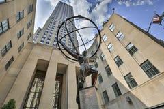 El atlas es una estatua de bronce delante del centro de Rockefeller en Midtown Manhattan fotografía de archivo