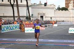 El atleta alcanza la meta del maratón Imagenes de archivo