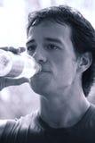 El atleta bebe el agua después del WO Imagen de archivo libre de regalías