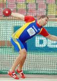 El atleta compite en tiro de disco Foto de archivo libre de regalías