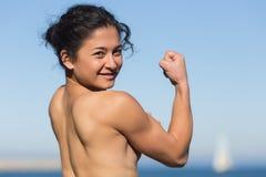El atleta con las tetas al aire demuestra los músculos Fotografía de archivo