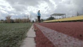 El atleta corre el estadio almacen de metraje de vídeo