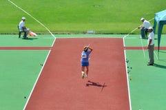 El atleta corre para arriba con una lanza Imágenes de archivo libres de regalías