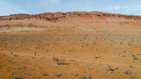 El atleta corre a trav?s del desierto Funcionamiento del campo a trav?s metrajes