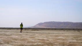 El atleta corre a trav?s del desierto Funcionamiento del campo a trav?s almacen de video