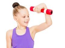 El atleta de la muchacha aumenta pesa de gimnasia y la mirada de la mano fotos de archivo
