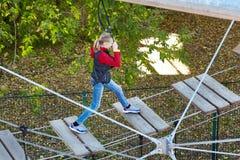 El atleta de la muchacha funciona con una carrera de obstáculos Fotografía de archivo