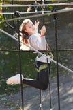 El atleta de la muchacha funciona con una carrera de obstáculos Imagenes de archivo