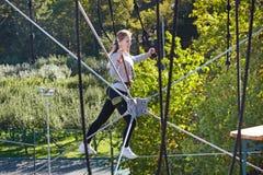 El atleta de la muchacha funciona con una carrera de obstáculos Fotos de archivo libres de regalías
