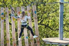 El atleta de la muchacha funciona con una carrera de obstáculos Fotografía de archivo libre de regalías