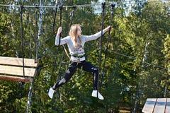 El atleta de la muchacha funciona con una carrera de obstáculos Foto de archivo