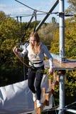 El atleta de la muchacha funciona con una carrera de obstáculos Foto de archivo libre de regalías