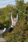 El atleta de la muchacha funciona con una carrera de obstáculos Fotos de archivo