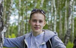 El atleta de la muchacha que presenta en un bosque del abedul Foto de archivo